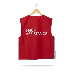 Gilet SNCF assistance rouge sur un cintre, vue de dos