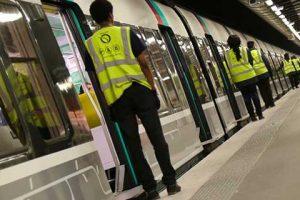 Des régulateurs de flux RATP sur un quai de RER à la station Châtelet